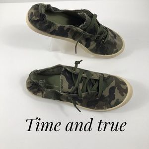 Super cute camouflaged sneakers size7.5